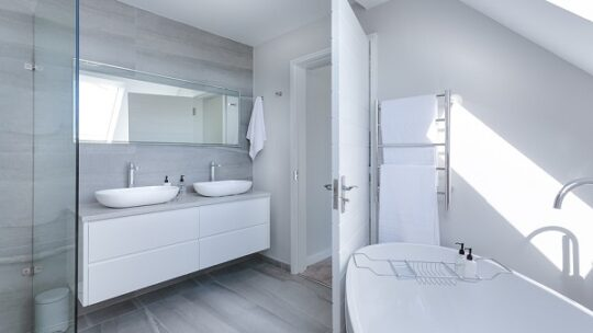 Accessori in un bagno con design moderno