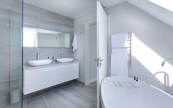 Accessori in un bagno con design moderno